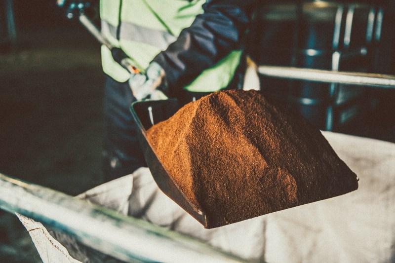 , Joven transforma desechos de café en biodiesel y pellets ecológicos para calderas