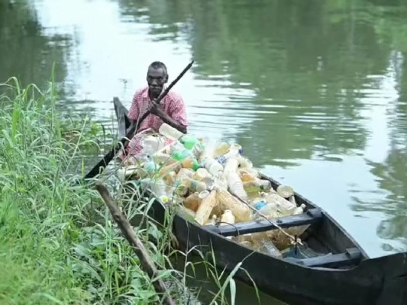 , Señor de 69 años sale todos los días en su canoa a limpiar la basura del río
