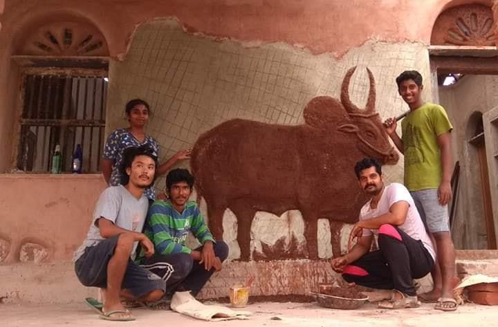 , Dos jóvenes arquitectos nómadas construyen casas sustentables en India