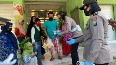 Photo of Cegah Covid -19,Polwan Situbondo bagi – bagi Masker