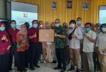 Photo of Peduli Covid, Novita Wijayanti Serahkan Bantuan Alat VTM di Banyumas