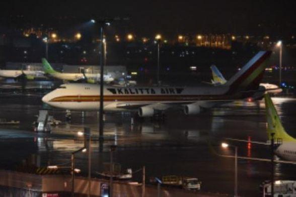 Aviones jumbo llegaron para evacuar a los ciudadanos estadounidenses del crucero 'Diamond Princess', con personas en cuarentena a bordo debido al temor al nuevo coronavirus, en el aeropuerto de Haneda en Tokio el 16 de febrero de 2020.