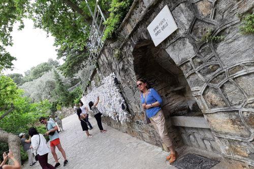 Esta es el 'Agua de María', una fuente ubicada a la salida del área de la capilla.