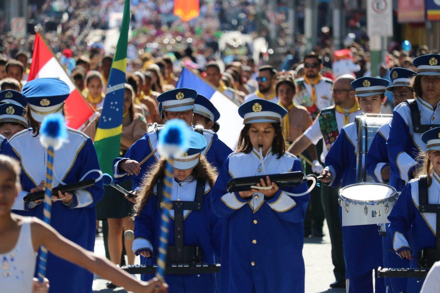 Com multidão na avenida, Desfile Cívico e corte da Cuca Gigante marcam os 159 anos do aniversário de Brusque