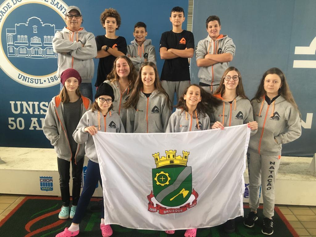 Natação brusquense conquista cinco medalhas na Olesc