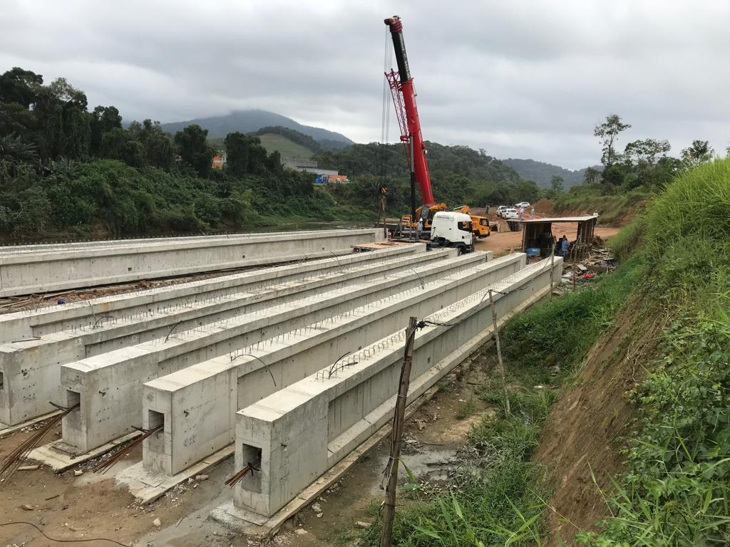 Vigas da nova ponte sobre o Ribeirão Limeira são posicionadas