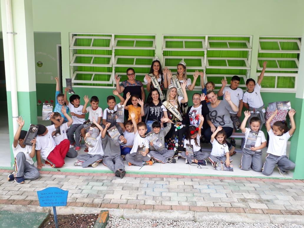 Realeza, mascotes e banda levam a Fenarreco para escolas de Brusque