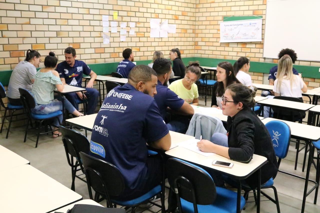 Atletas do Brusque Basquete/FME participam de ação com alunos do curso de psicologia da Unifebe