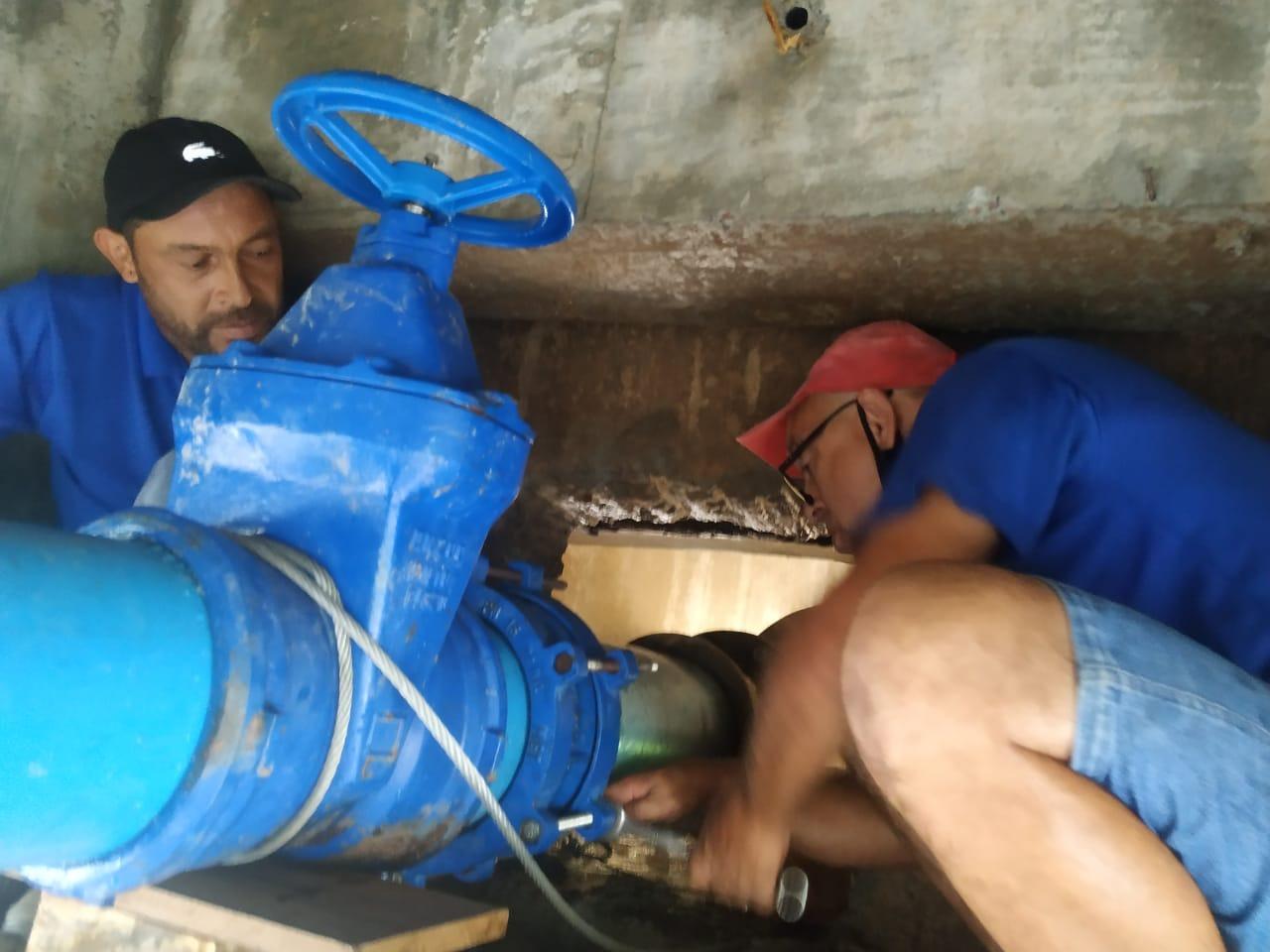 Servidores do Samae trabalham em reparos emergenciais na ponte dos bombeiros