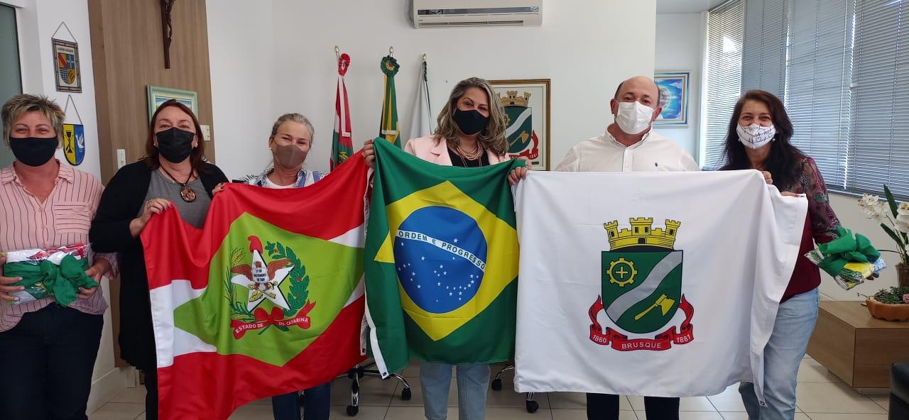 Secretaria de Educação entrega conjunto de bandeiras às escolas
