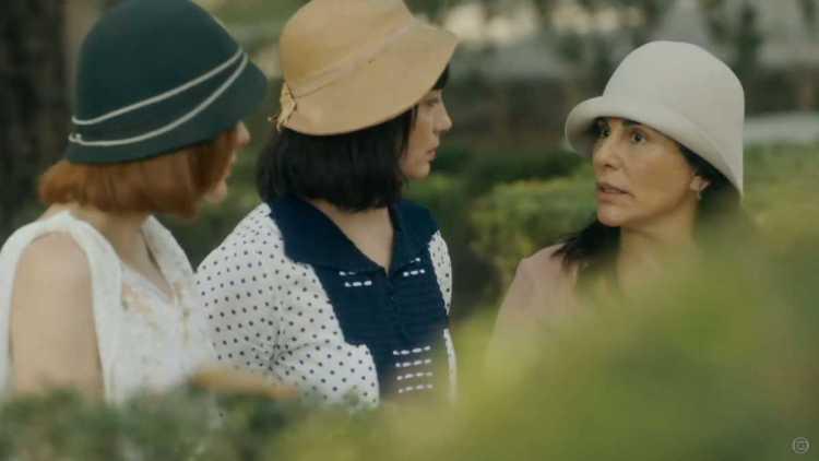 Lola (Gloria Pires), Clotilde (Simone Spoladore), Olga (Maria Eduarda de Carvalho) em cena de Éramos Seis