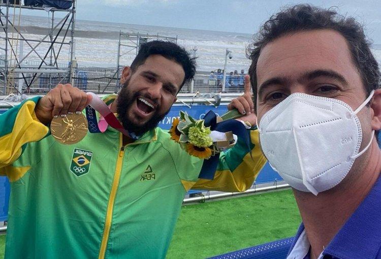 Surfista Italo Ferreira e o repórter Guilherme Pereira