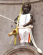 Portal Capoeira Estátua símbolo de Bruxelas ganha roupa de capoeirista Curiosidades