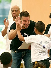 Portal Capoeira San Juan: Ricky Martin visita crianças em acampamento de capoeira Notícias - Atualidades