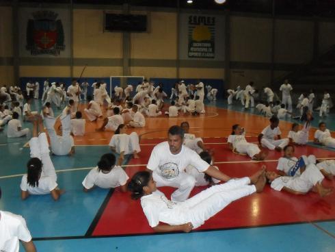 Grupo Meninos Guerreiros reúne mais de 250 capoeiristas no Centro Esportivo Castelo Branco