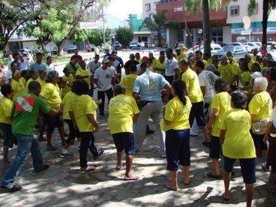 Portal Capoeira Brasilia: Idosos comemoraram o Dia Mundial do Abraço na rodoviária Saúde e Comportamento