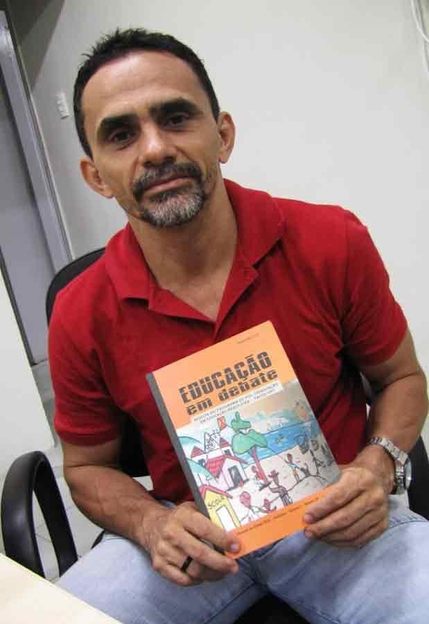 Professor divulga revista Educação em Debate e seu trabalho sobre capoeira