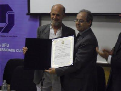 Mestre Camisa recebe título de Doutor Honoris Causa
