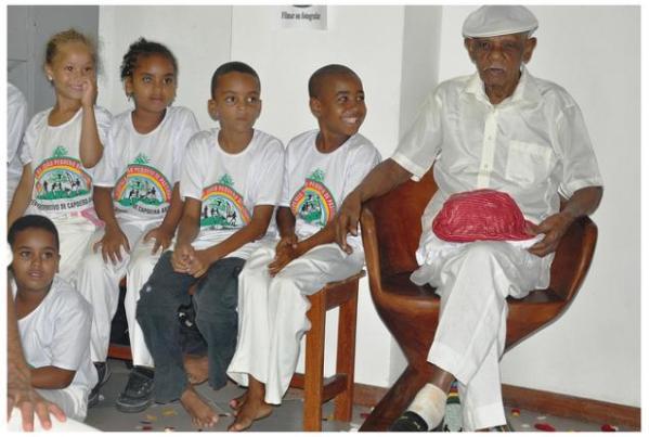 93 anos Mestre João Pequeno 27-12-10 Foto Rita Barreto – Mestre João Pequeno com crianças alunas do seu Centro Esportivo de Capoeira Angola