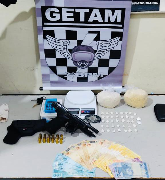 Em abordagem GETAM apreende arma de fogo e pasta base de cocaína