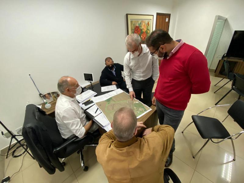 Hélio Peluffo recebe representantes da COAMO para tratar da instalação da empresa em Ponta Porã
