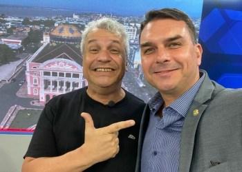 FLAVIO BOLSONARO VISITA SIKÊRA JR E FAZ ELOGIOS AO APRESENTADOR