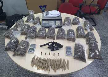POLÍCIA PRENDE HOMEM EM FLAGRANTE PREPARANDO CIGARROS DE MACONHA EM CASA