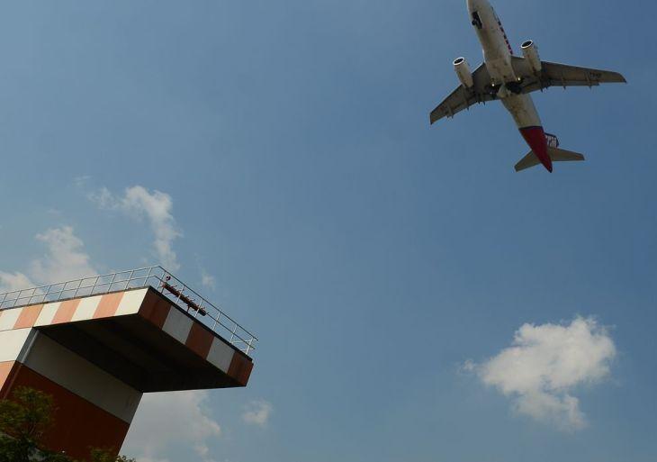 Avião decola no aeroporto de Congonhas.