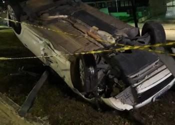 Motorista perde controle e colide violentamente com muro da UEA em Manaus
