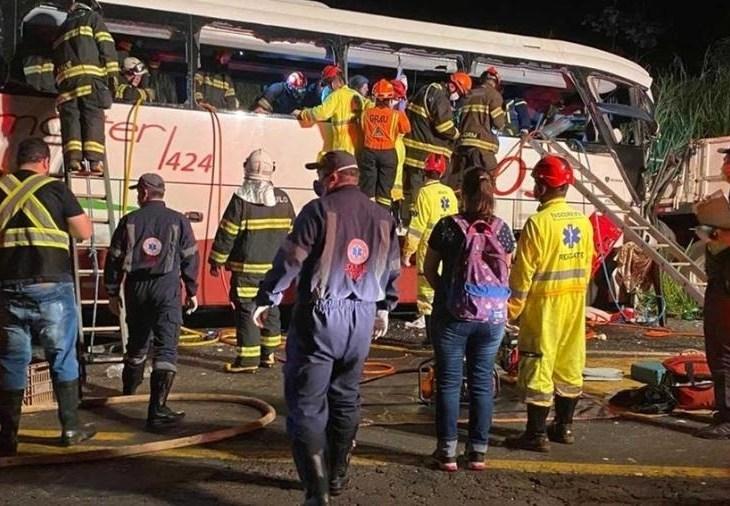 Colisão entre ônibus e caminhão deixa sete mortos e 34 feridos