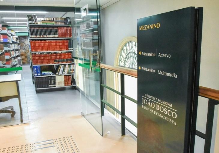 Biblioteca municipal é aberta à visitação pelo prefeito e terá agendamento e medidas de proteção