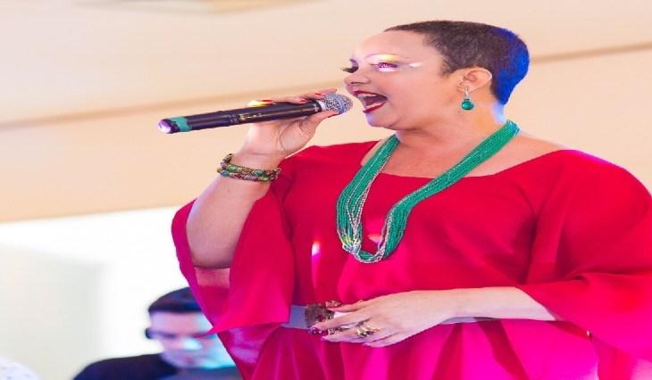 Cantora Fátima Silva faz a trilha sonora da praça de alimentação do Millennium, neste domingo