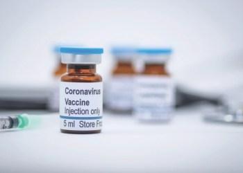 Reino Unido começa a aplicar vacina de Oxford contra Covid