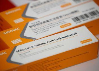 Ministério da Saúde recebe 1 milhão de doses de vacina contra covid-19