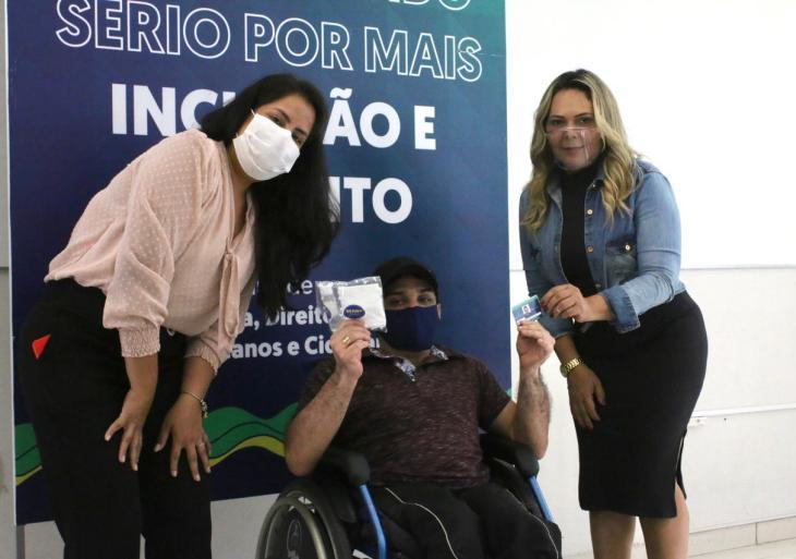 Novas unidades de Carteiras de Identificação para a Pessoa com Deficiência são entregues pela Sejusc