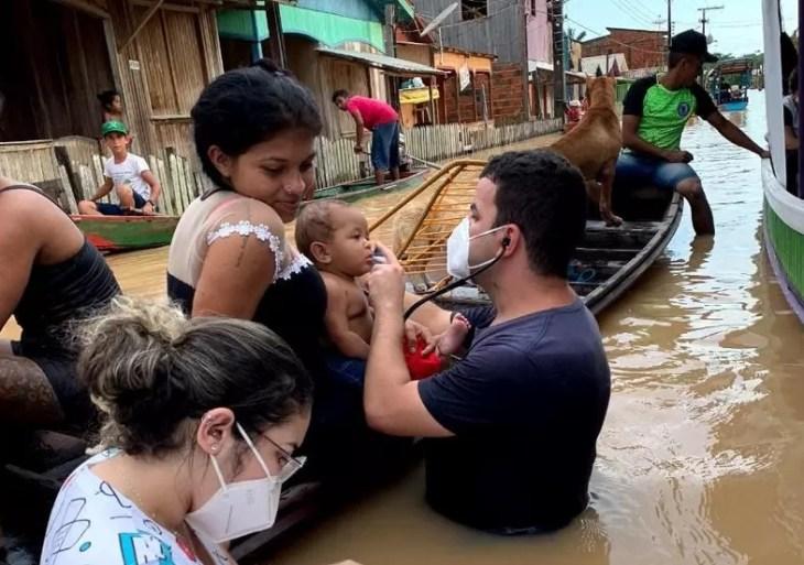 Em meio à enchente, médico do Acre atende pacientes dentro da água