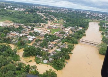 Bolsonaro sobrevoa cheias no Acre e anuncia medidas de socorro