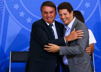 O presidente Jair Bolsonaro e o ministro do Meio Ambiente, Ricardo Salles, durante o lançamento do programa Adote um Parque, no Palácio do Planalto