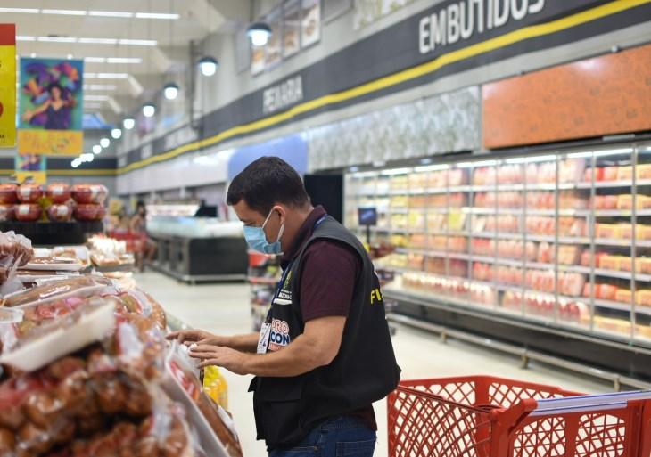 Procon-AM apreende mais de 25 Kg de alimentos em supermercado na zona oeste de Manaus