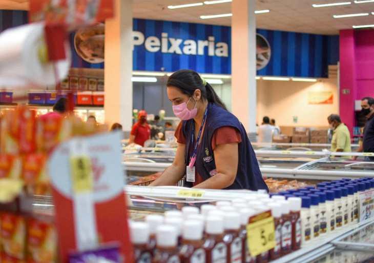 Procon-AM apreende mais de 30 Kg de alimentos e produtos de limpeza em supermercados de Manaus
