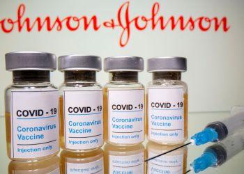 Frascos rotulados como de vacina contra Covid-19 em frente ao logo da Johnson & Johnson em foto de ilustração 31/10/2020 REUTERS/Dado Ruvic