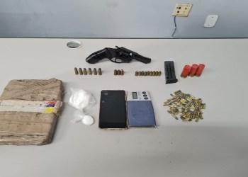 Homem é preso com arma, munições e drogas na zona norte