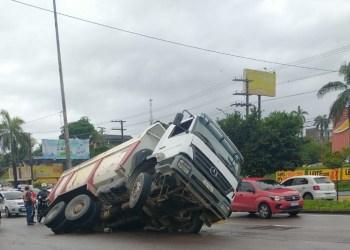 Asfalto cede e caminhão é engolido por cratera na av. Torquato Tapajós