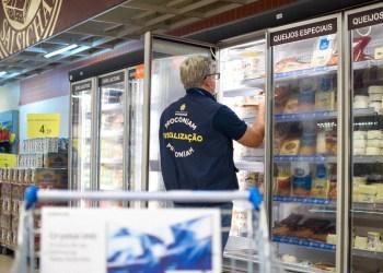Procon-AM apreende mais de 20 Kg de alimentos e produtos de limpeza em supermercado de Manaus