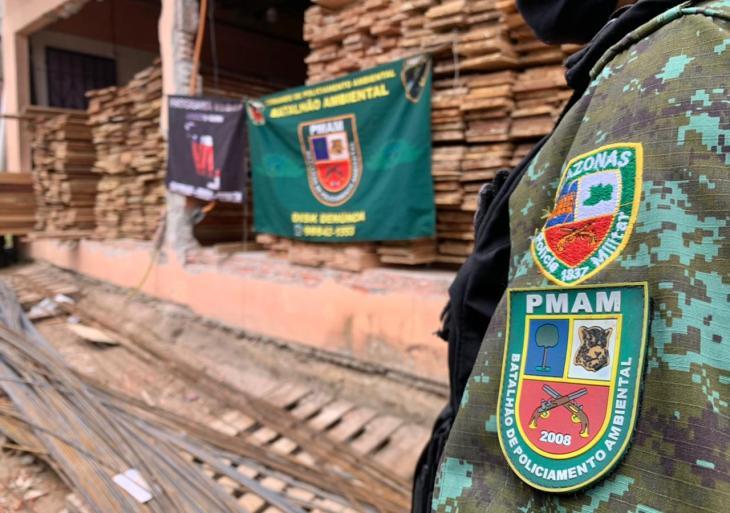 PM detémhomem e apreende madeira ilegal em depósito clandestino em Manaus