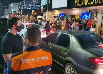 Detran-AM autua 23 por alcoolemia e acaba com aglomeração na Praça do Caranguejo