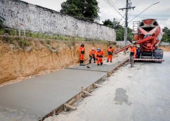 Implantação de calçadão na avenida Cosme Ferreira segue em ritmo acelerado