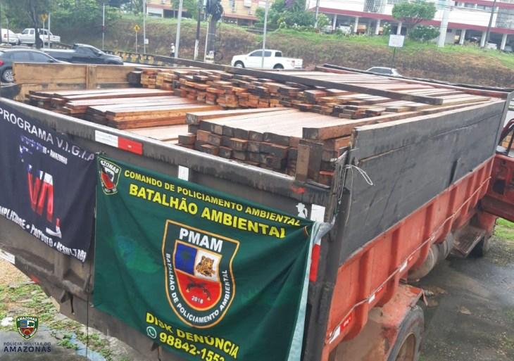 Operação Hórus: Polícia Militar apreende caçamba que transportava madeira ilegal na zona oeste