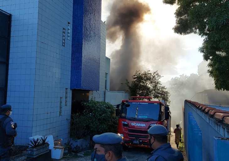 Incêndio atinge depósito de medicamentos do HUGV em Manaus