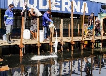 Prefeitura realiza aplicação de produto químico em água parada na Manaus moderna